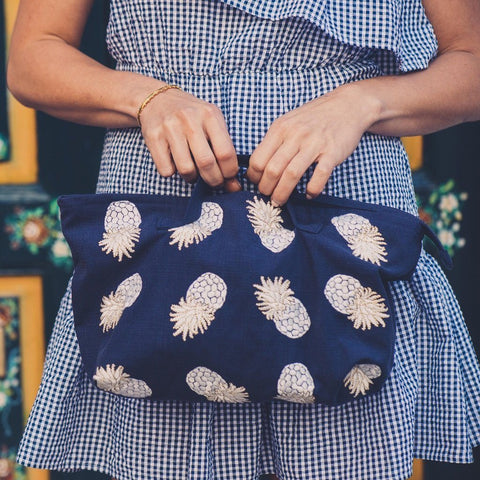 Soft canvas travel bag in indigo Ananas pineapple pattern with a model