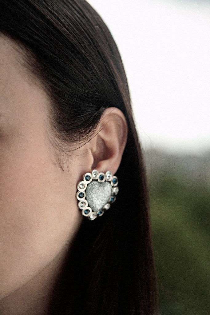 girl wearing corazon earrings from safsafu