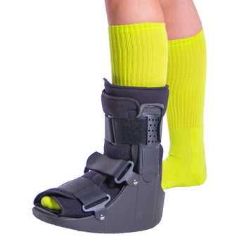 Short broken toe walking boot for fractures and foot injury recovery