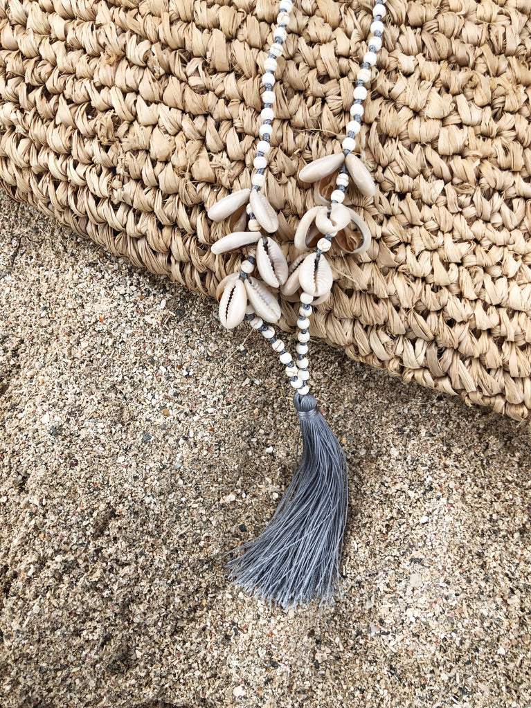 Collier long coquillages gris