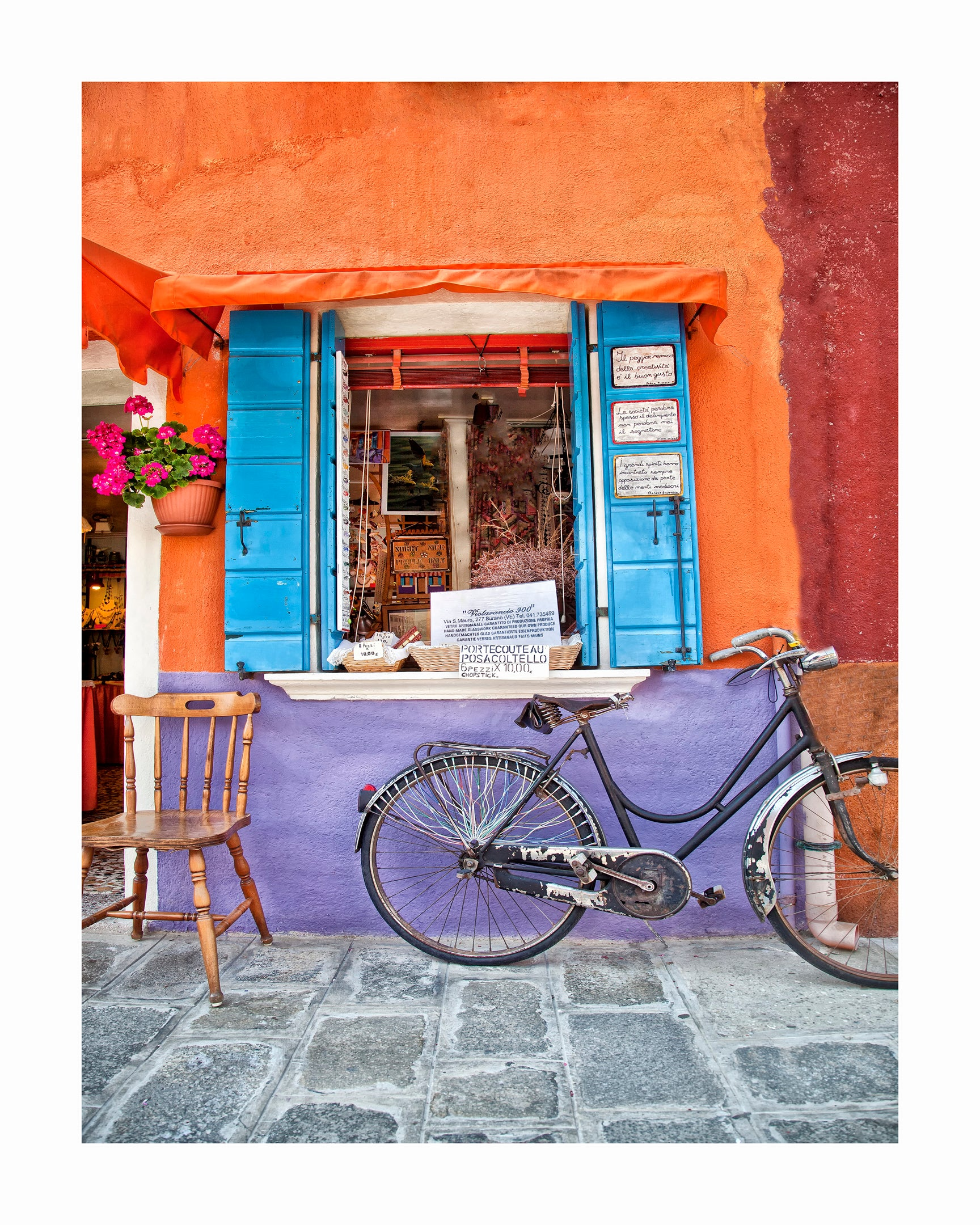 ITALY : Burano a chair and a bicycle