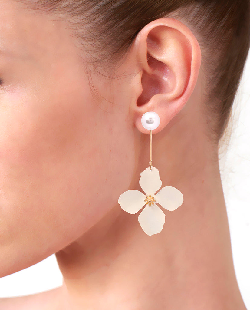 White Mismatched Flower Pearl Earrings in 18K Gold