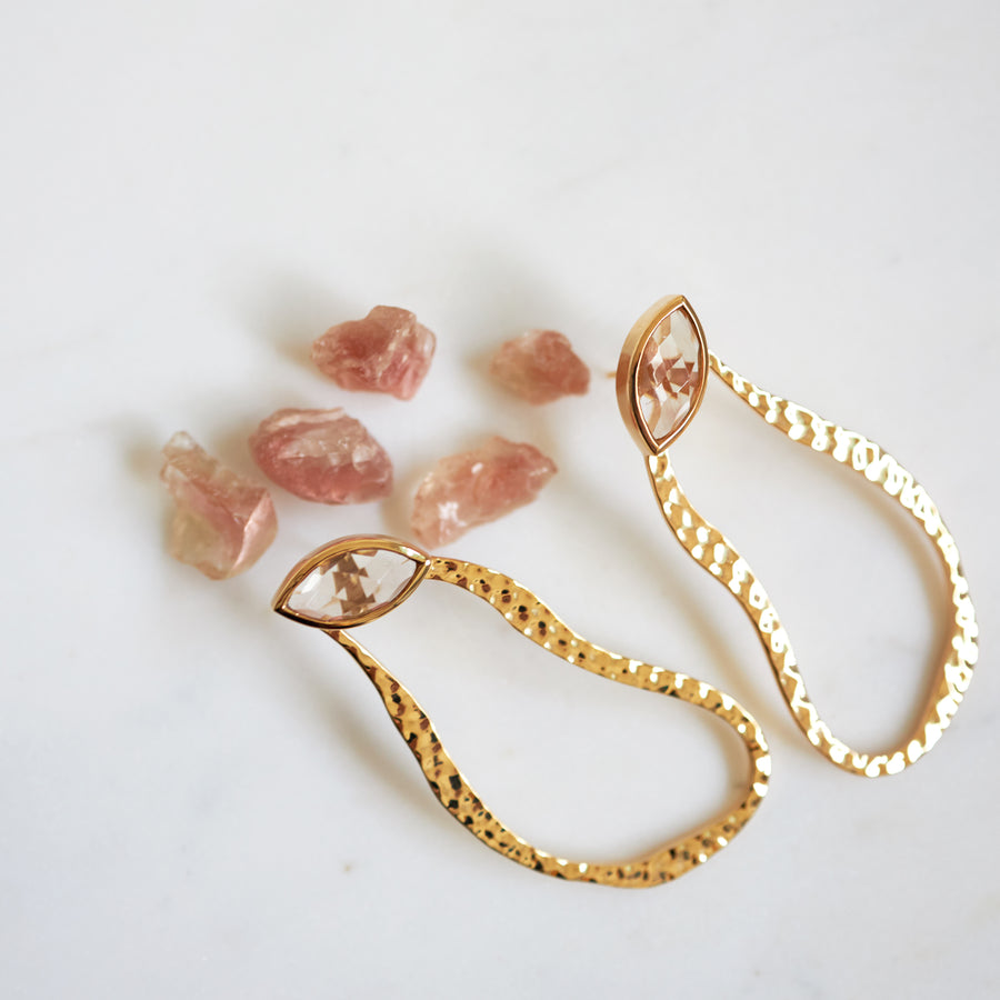 MIRAGE EARRING IN HAMMERED 18K BRASS WITH SUNSTONE