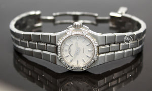 Vacheron Constantin Overseas 16550-423A-8490 Factory Diamonds Ladies BOX/PAPERS Details:    Make:Vacheron Constantin Model: Vacheron Constantin 16550-423A-8490 Overseas Includes: Boxes & Papers Condition: Preowned MINT Movement: Quartz Movement  Water-Resistance: 100 Meters/ 330 feet Material:  Stainless Steel Case Size: 24.5mm  Crystal: Sapphire Crystal (Scratch Resistant) Dial: Silver  Bezel:  Vacheron Constantin Factory Diamond Bezel  Bracelet: Stainless Steel  Clasp:  Deployment Buckle