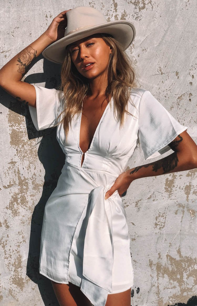 https://files.beginningboutique.com.au/Brittany+Dress+White.mp4
