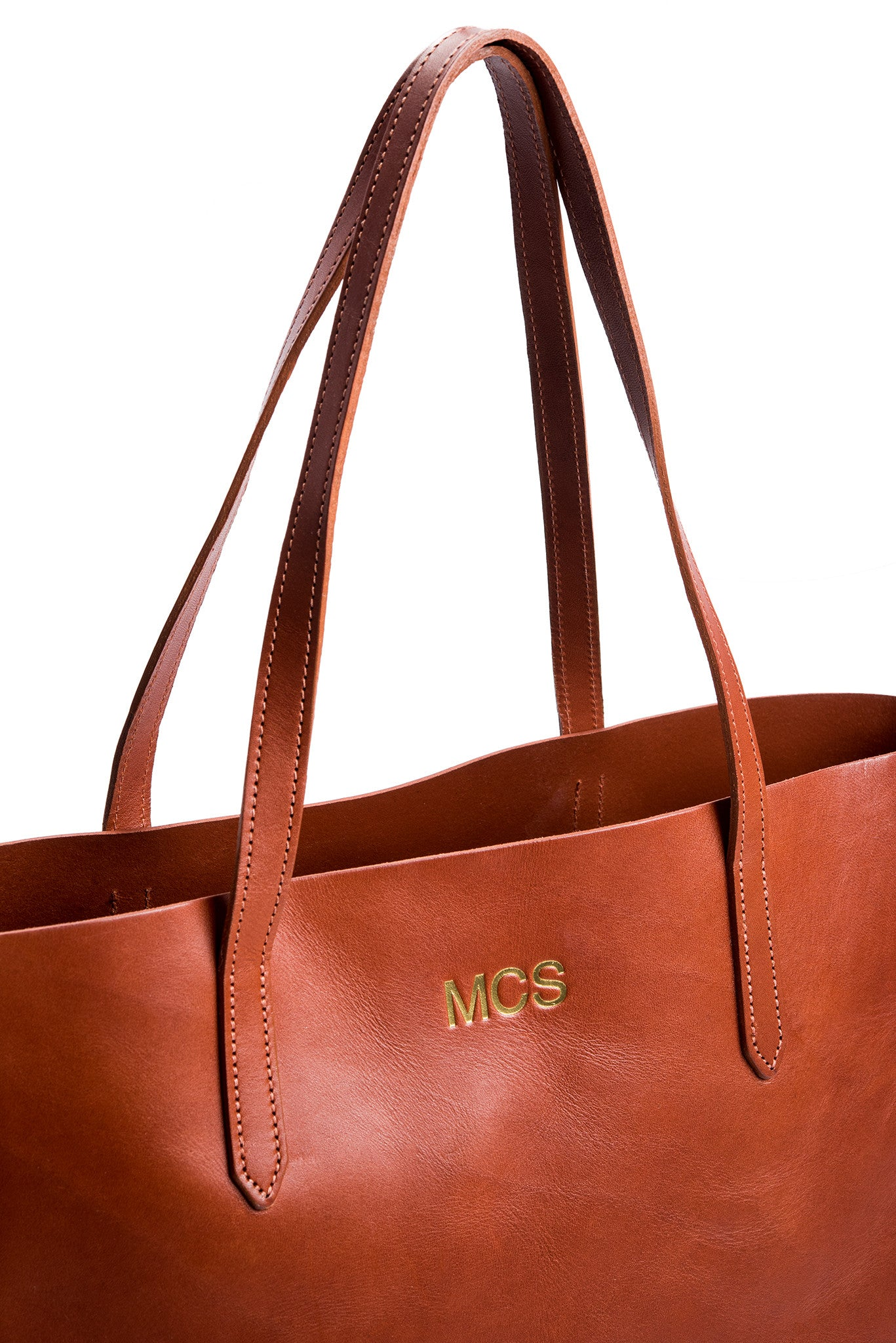 FOTO | The Highland Leather Tote - Cognac - a genuine leather tote in chestnut brown vegetable tanned leather can be personalized with gold foil initials, making it the perfect personalized gift.