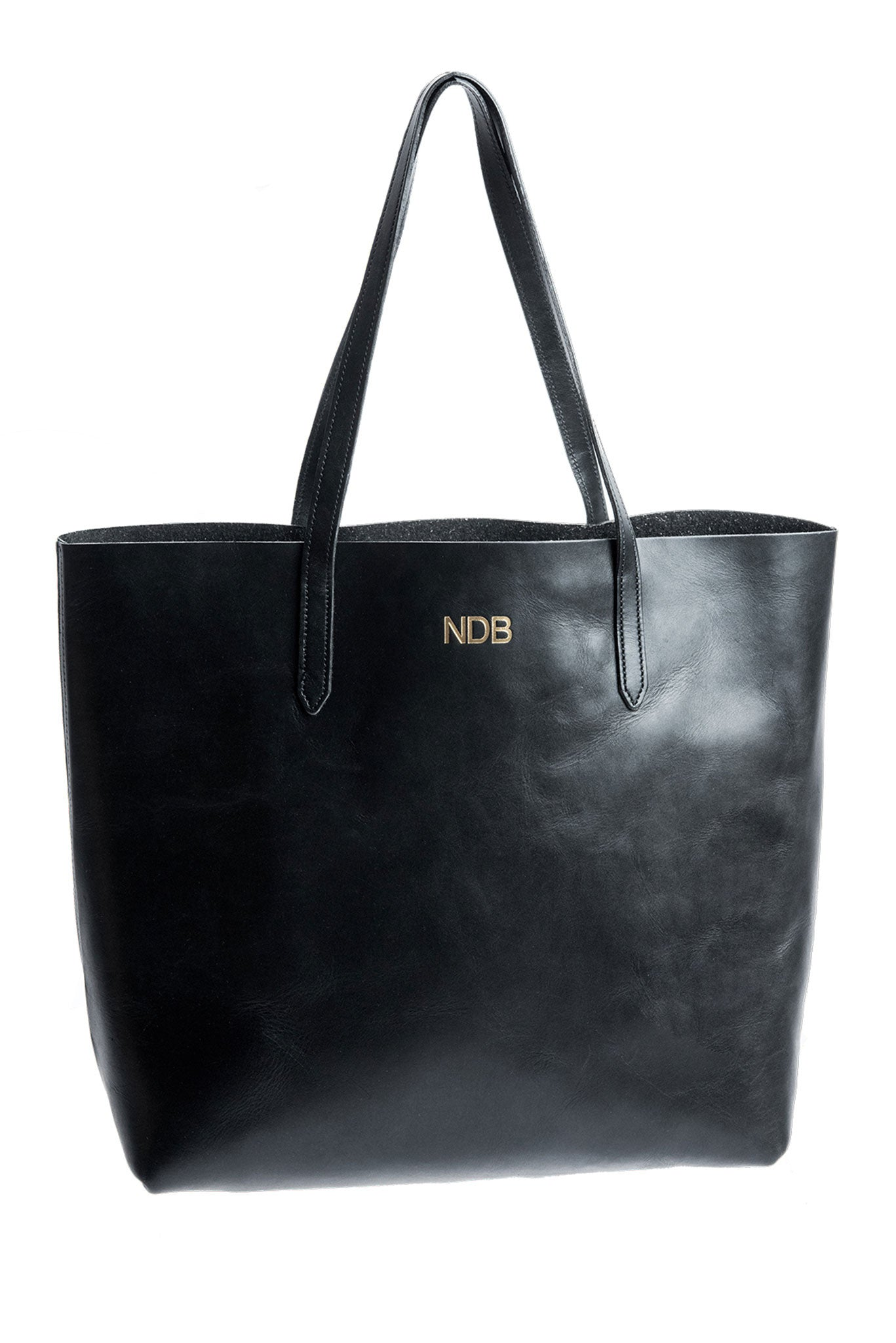 FOTO | The Highland Leather Tote - Black - a genuine leather tote in black vegetable tanned leather can be personalized with gold foil initials, making it the perfect personalized gift.