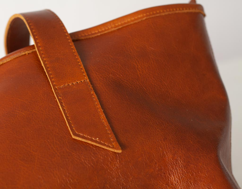 The Calisto lined tote bag in brown leather close view by milloo