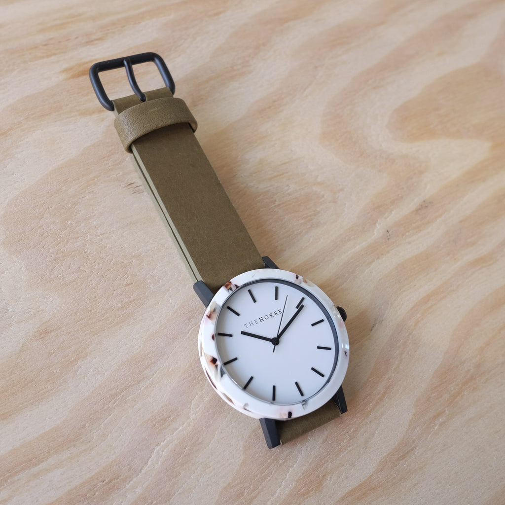 THE HORSE Resin / Nougat / White Dial / Olive Leather