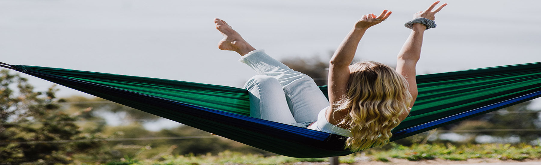 Hammock Universe USA Southern Style Winter with women in parachute green and blue hammock