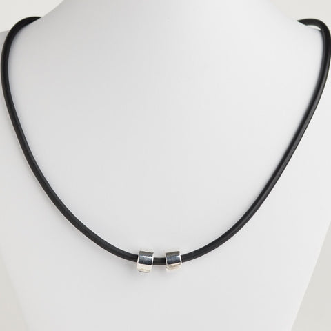 Sporty necklace with clips