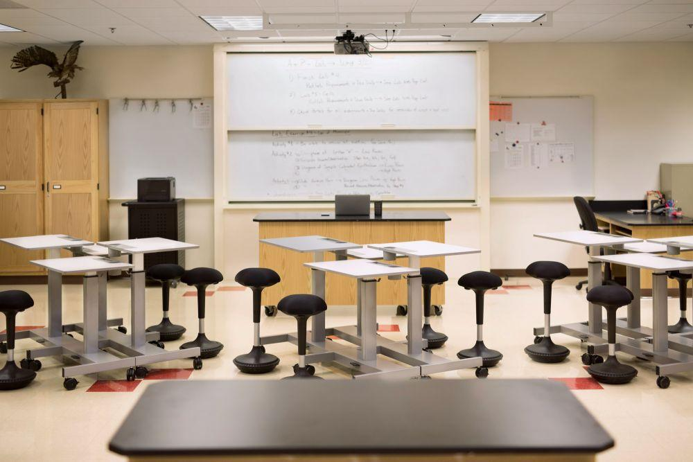 Classroom with Luxor Student Height-adjustable Desks Fitneff Canada