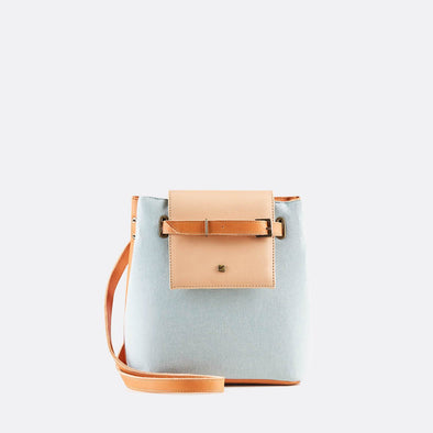 Reversible crossbody or handbag in light blue cotton in one side, camel sustainable leather in the other and nude top.
