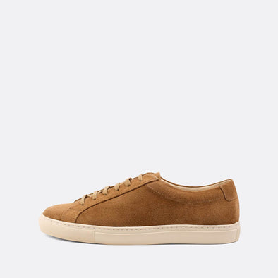Minimalist sneakers in light brown suede.