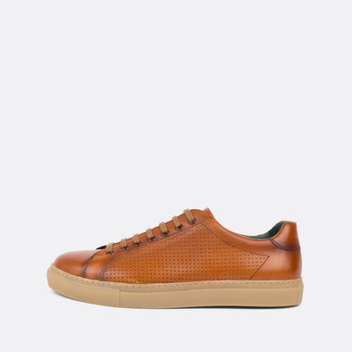 Sophisticated low-top sneakers in camel leather with nude rubber sole.