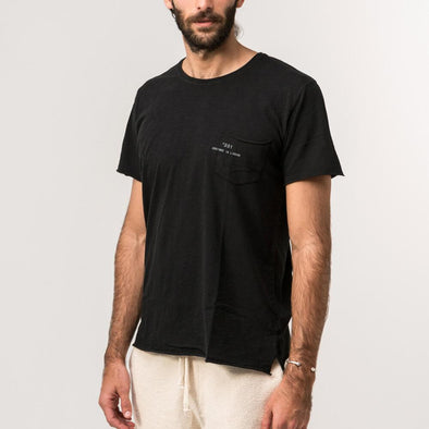 Black minimalist tee with natural lines of 'flamê' knit fabric.