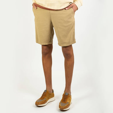 Regular fit khaki shorts with a strap to give extra comfort and a tone on tone side seam.