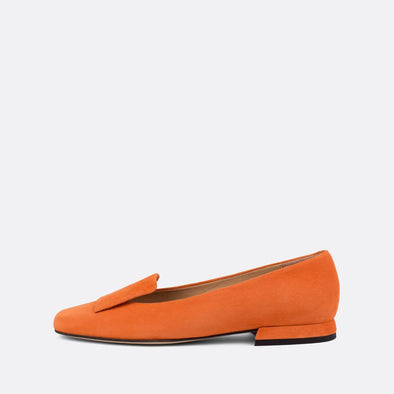 Sophisticated flat loafers in peachy orange suede.