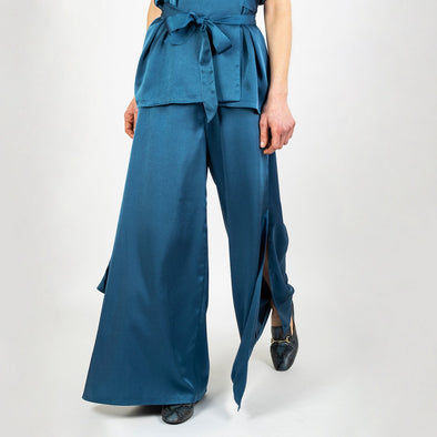 Blue elegant large trousers with a strap to tie at the waist.
