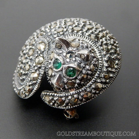 VINTAGE GENUINE EMERALD & MARCASITE STUDDED STERLING SILVER RIDGED CLEEPING CAT BROOCH PIN