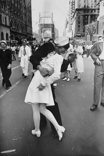 End of WW2 Soldier's Victory Kiss Photography Decorative Canvas Wall Poster Art