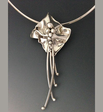 A Mini Flower Pendant with Reeds