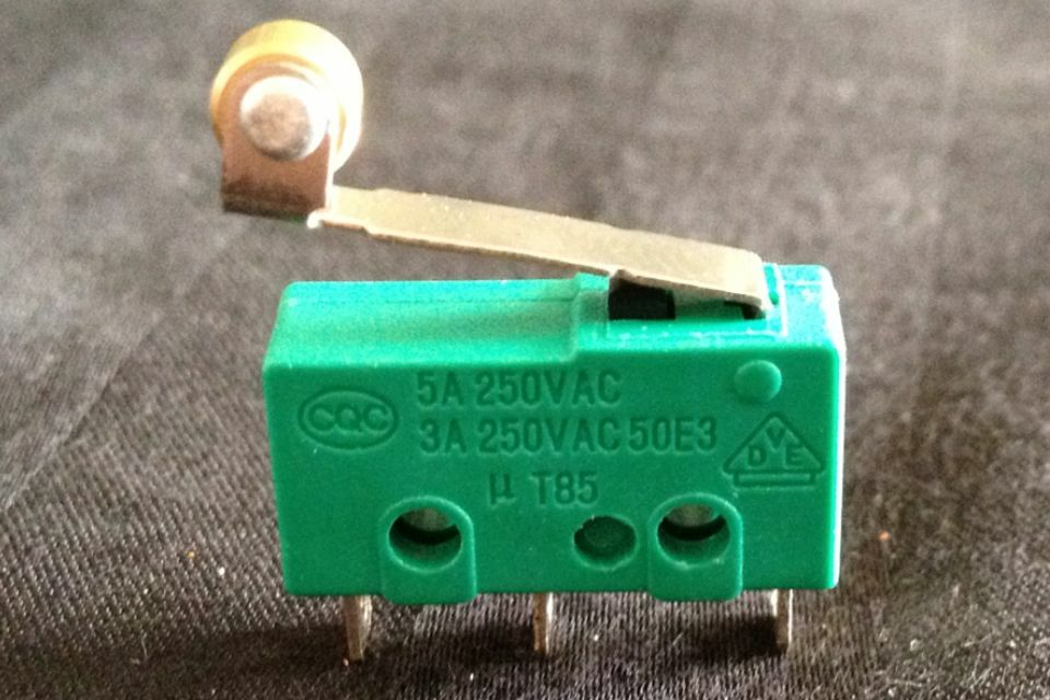1 piece green small n/c n/o MICRO SWITCH SPDT HINGE ROLLER LEVER 15A  B1