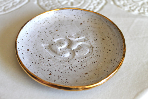 Om Ring dish in White speckled and 22k Gold
