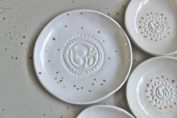 Om Ring dish in white with 22k