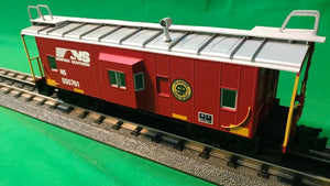 "Atlas O 2001740 - Trainman - Bay Window Caboose ""Norfolk Southern"" (Southern Heritage)"