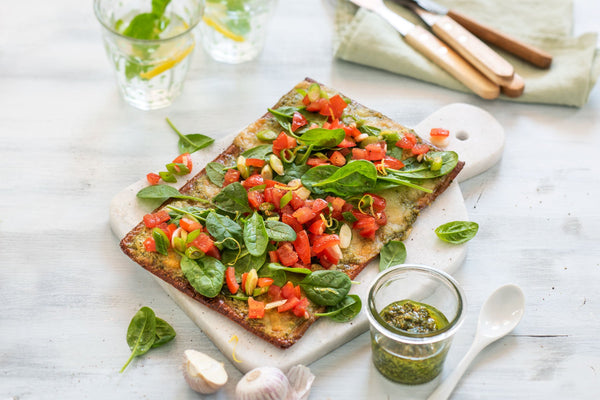 Lizza Pesto mit Bruschetta-Topping