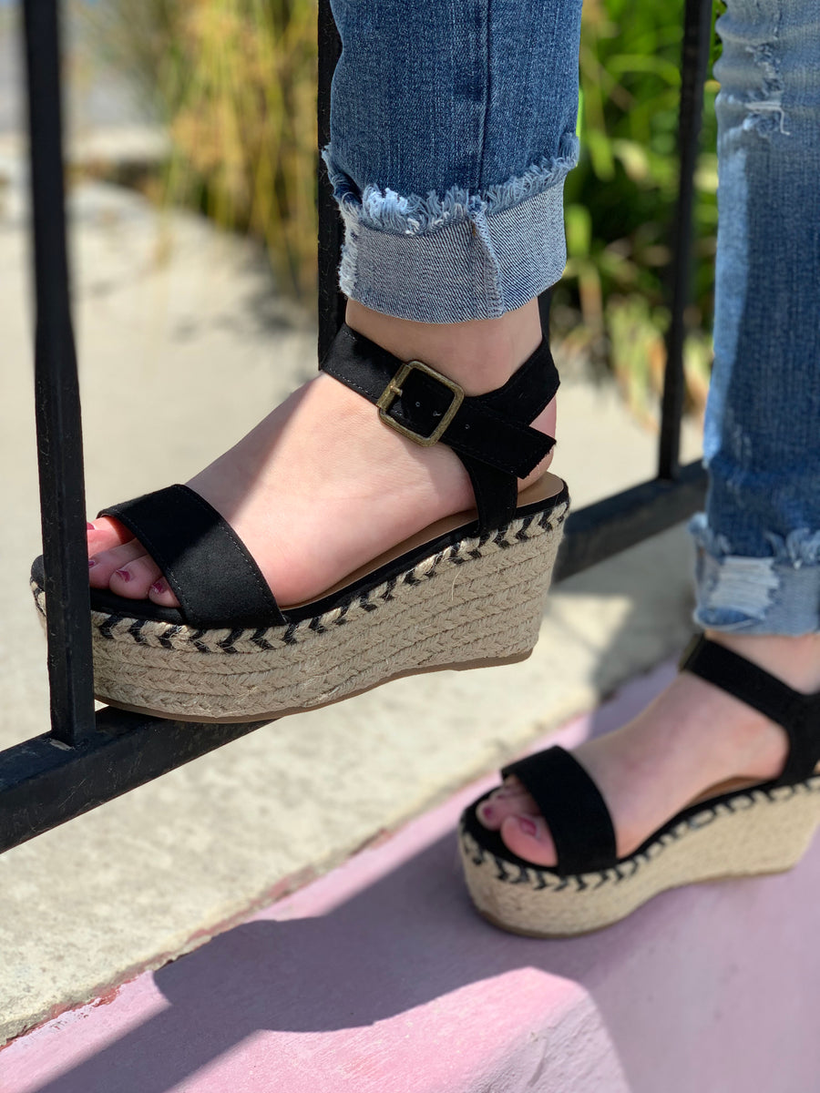 In Motion Wedges: Black - ShopSpoiled