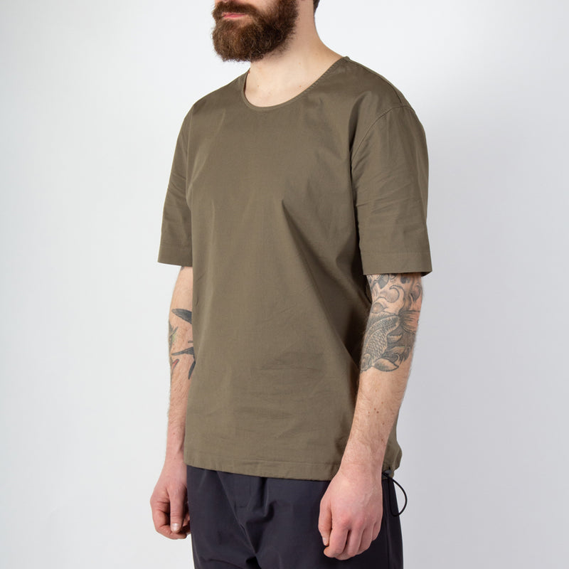 Caddy Tee In Olive Stretch Woven Cotton worn side view