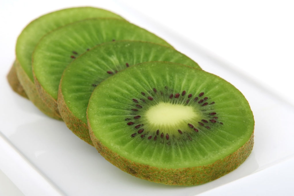 How to cut a kiwi: sliced kiwi on a plate