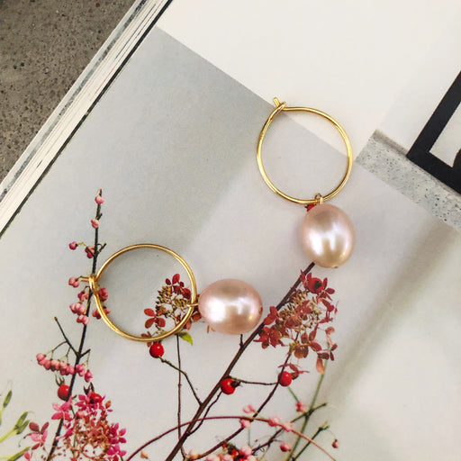 FIONA ROSE PEARL GOLDEN CREOL EARRING