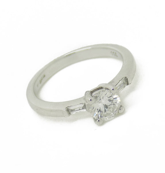 18ct White Gold Round Centre Diamond & Baguette Cut Diamond Ring Stone Detail