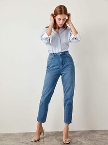 CROPPED ANKLE MOM JEANS
