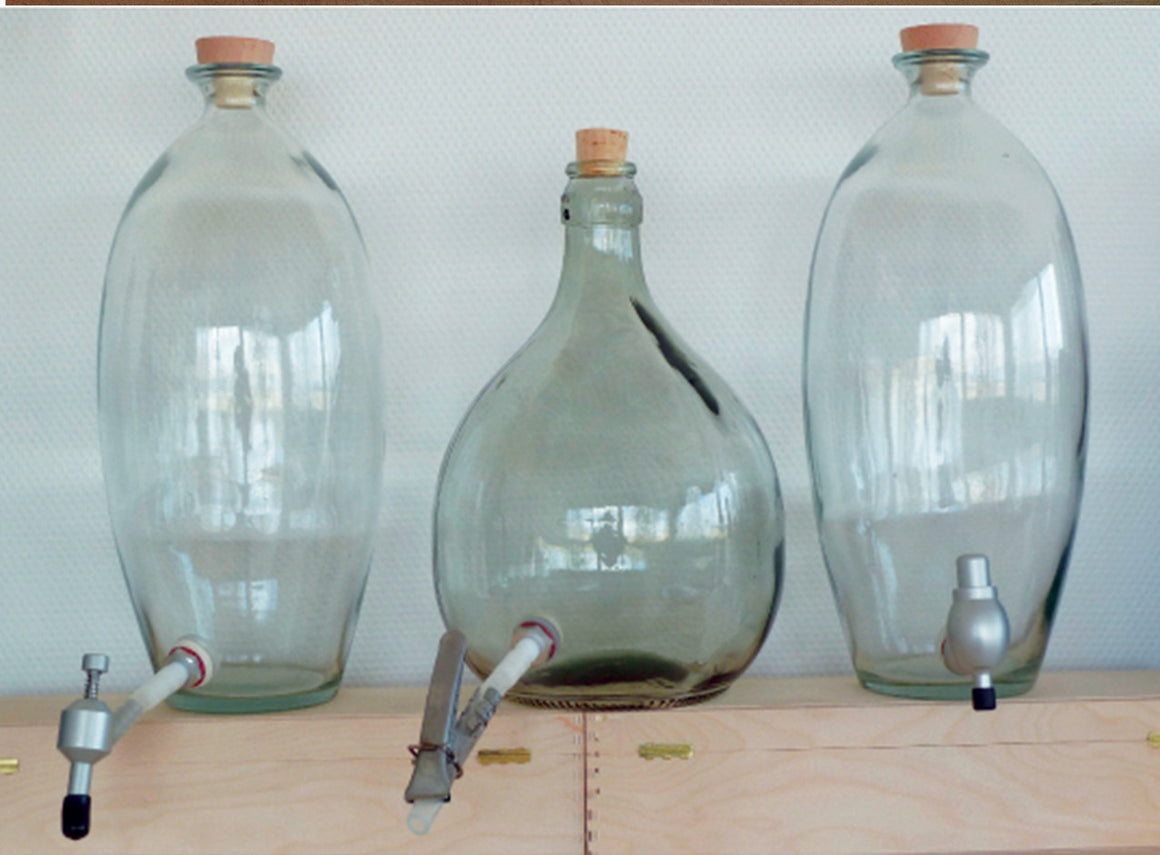 GLASS JARS WITH SPOUTS
