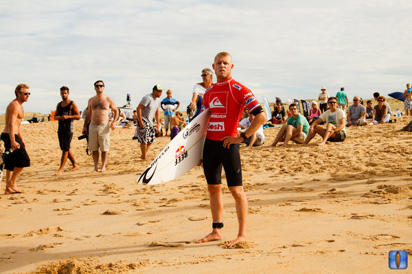 Mick Fanning on the beach ready for a surf competition. Photo by Eduardo Palacios and MarkYourWave.