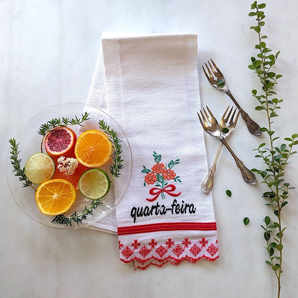 kitchen towel themed with red trim and day of the week: Quarta-Feira