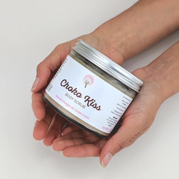 Hands holding a jar of Choko Kiss body scrub 250ml, exfoliating with peppermint | Magical Tree