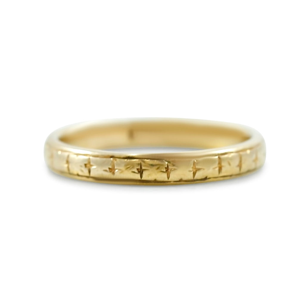 18k yellow gold estate wedding band with etched pattern around entire band