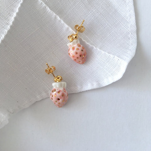 Miniature strawberry porcelain earrings .. Boucles d'oreilles mini fraises en porcelaine