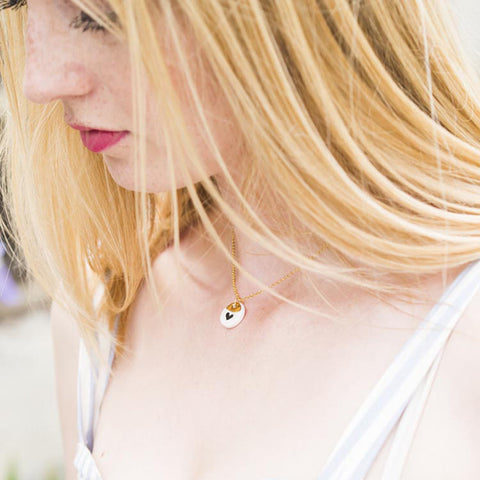 Tiny porcelaine 'simply lovely' necklace with cute patterns .. Collier 'simply lovely' en porcelaine aux adorables motifs