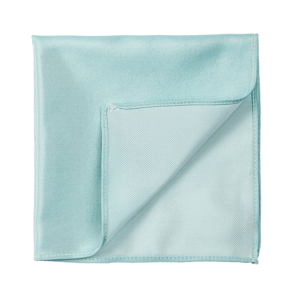 A solid turquoise pocket square, made of an elegant silk saglietta.