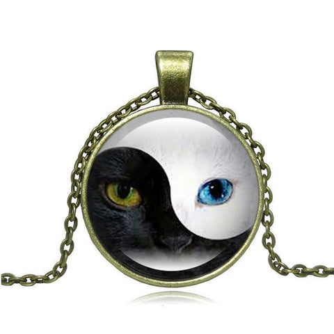 Yin and Yang blue-eyed cat necklace in bronze.