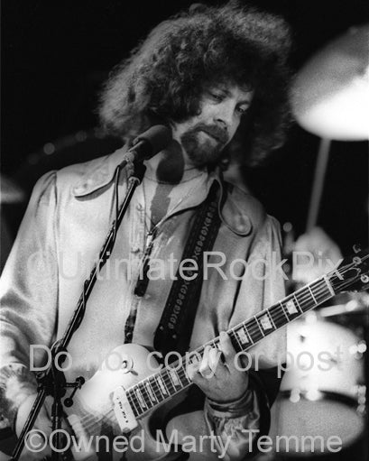 Black and white photo of Jeff Lynne of Electric Light Orchestra in 1977 by Marty Temme