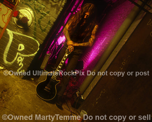 Photo of Scott Weinrich of The Obsessed with his black Les Paul in 1994 by Marty Temme