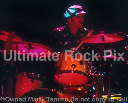 Photo of drummer Shawn Pelton performing with Shawn Colvin in concert in 2001 by Marty Temme