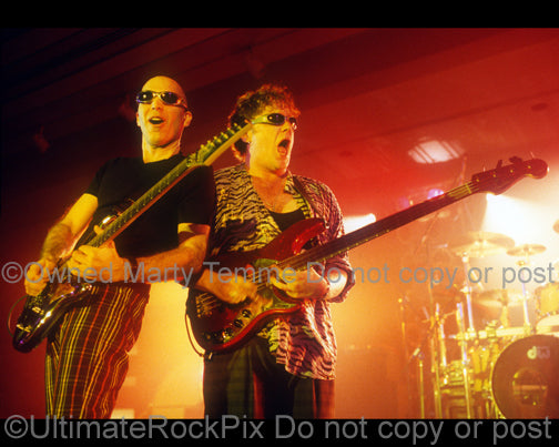 Photo of Joe Satriani and Stu Hamm in concert in 1998 by Marty Temme